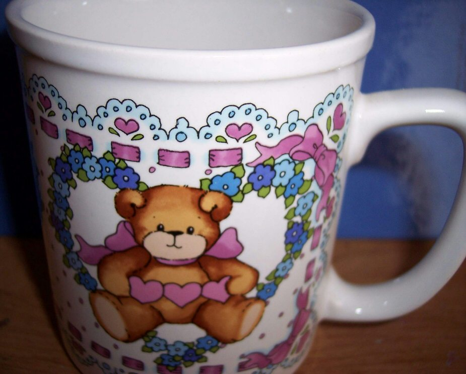 Bear holding pink hearts in heart wreath mug U5-5-8