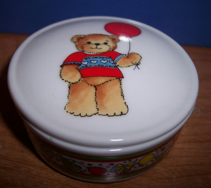 Round bear with balloon trinket box